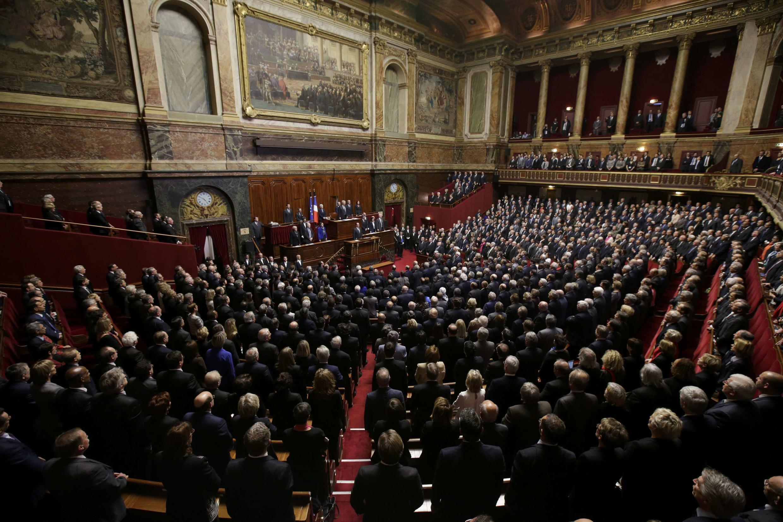 Депутаты поют «Марсельезу» на Конгрессе парламента Франции в Версале 16 ноября 2015