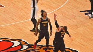 Ja Morant (izquierda) y Jonas Valanciunas tras una canasta de los Memphis Grizzlies en el partido del miércoles frente a los San Antonio Spurs.