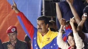 Le nouveau président Nicolas Maduro avec sa femme (droite) Cilia Flores après les résultats officiels du scrutin, le 15 avril 2013.