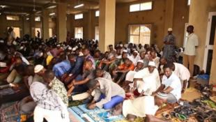 Al'ummar Musulmi cikin daya daga cikin Masallatan dake Conakry, babban birnin kasar Guinea.