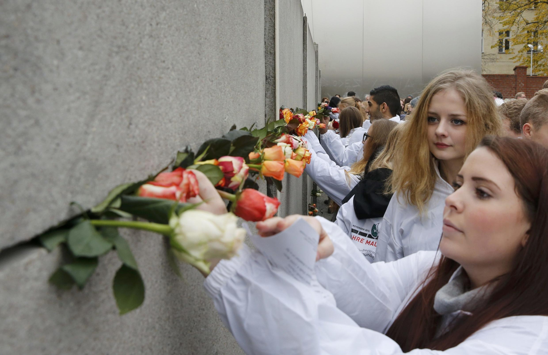 Những đóa hoa để tưởng niệm những người đã thiệt mạng khi vượt qua Bức tường Berlin tại  Bernauer Strasse, 09/11/ 2014.