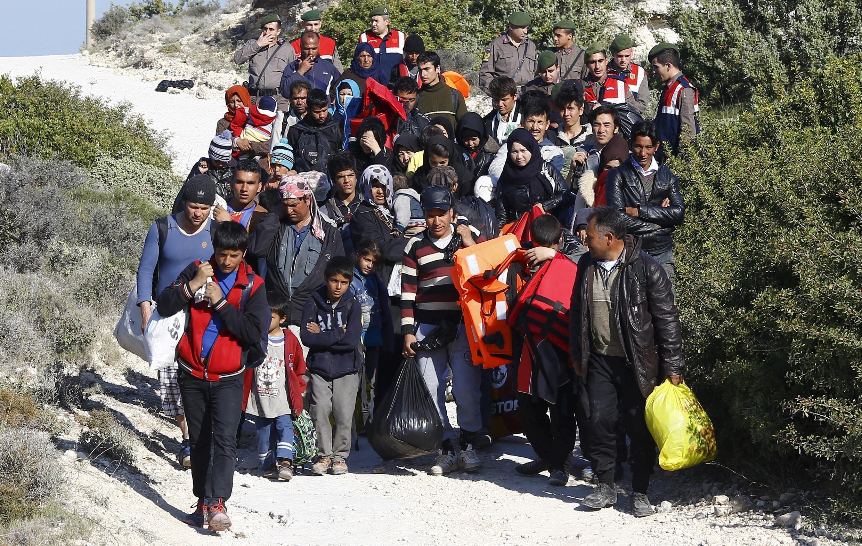 Policiais turcos impedem um grupo de migrantes de embarcar para ilha grega de Chios, na cidade Cesme, na Turquia, 05 de novembro, 2015.