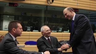 Ministros das finanças grego Yannis Stournaras, alemão Wolfgang Schaeuble, e francês Pierre Moscovici, nesta quinta-feira 13 de dezembro, em Bruxelas.