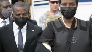 El primer ministro en funciones, Claude Joseph, dando la bienvenida a Martine Moïse, viuda del presidente asesinado Jovenel Moïse, el 17 de julio, a su regreso a Puerto Príncipe.