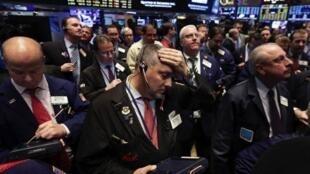 图为华尔街股市厅内一景