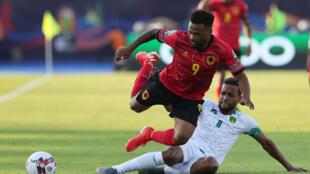 L'attaquant angolais Fredy Ribeiro à la lutte avec le Mauritanien Bessam à Suez le 29 juin 2019.