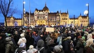 Des manifestants se regroupent dans les rues de Budapest, la capitale hongroise, pour protester contre la loi travail.