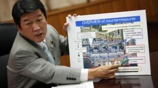 Le ministre japonais de l'Economie, du commerce et de l'industrie Toshimitsu Motegi, avec une pancarte présentant les mesures envisagées. Le 4 septembre à Tokyo.