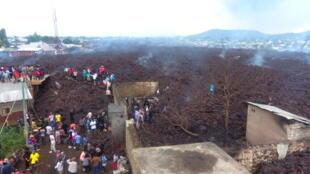 République démocratique du Congo, le 23 mai 2021: à Goma, les habitants constatent les dégâts provoqués par l'éruption du volcan Nyiragourou.