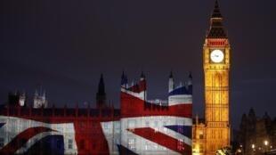 Điện Westminster và tháp Big Ben bên sông Thames của Luân Đôn trong những ngày hội Thế vận 2012.