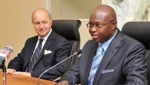 Le ministre français des Affaires étrangères Laurent Fabius et son homologue sénégalais Alioune Badara Cissé à Dakar, ce samedi 28 juillet 2012.