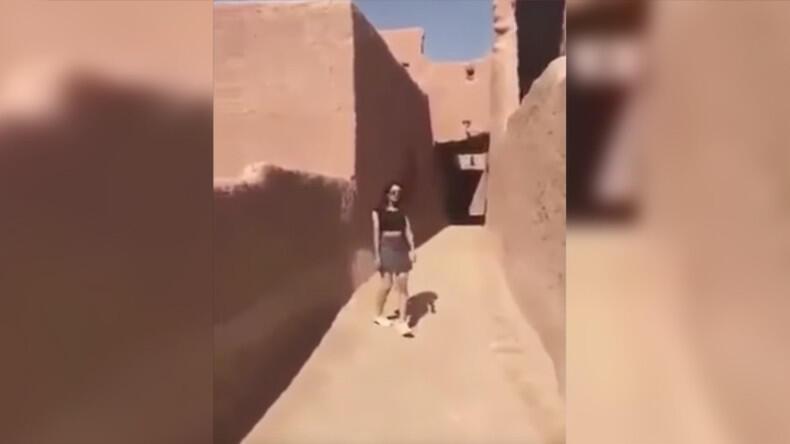 یک صحنه از ویدئوی منتشر شدهای که زن جوان سعودی را با دامن کوتاه در حال قدم زدن در شهر أشيقر، واقع در ٢٠٠ کیلومتری شمال غربی ریاض پایتخت عربستان سعودی نشان میدهد..