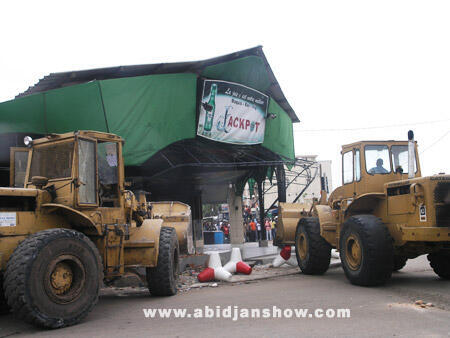 Des bulldozers détruisent l'un des maquis de la rue Princesse à Abidjan, vendredi 5 août 2011
