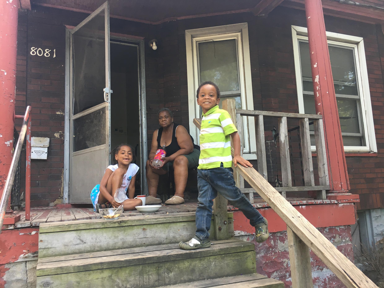 Une famille à Delray. Le quartier est encore délabré, mais les promoteurs sont en embuscade. Les habitants redoutent l'expropriation.