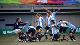 Las mujeres argentinas no pueden dedicarse de lleno al fútbol por no recibir sueldos.