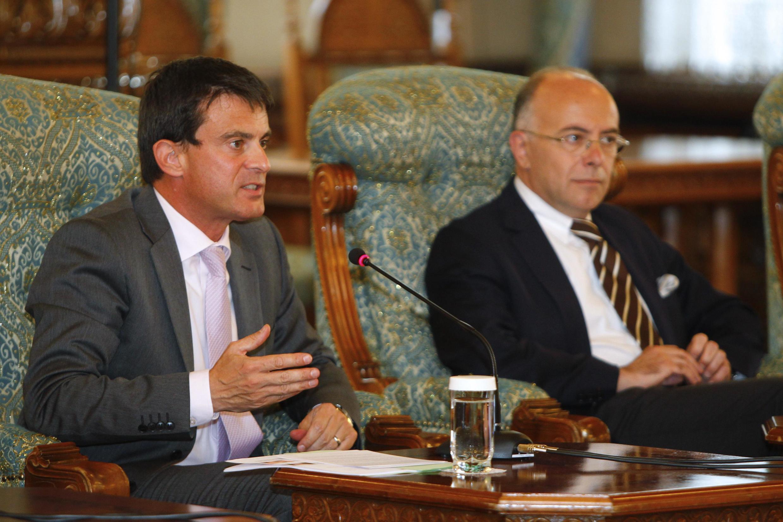 Les ministres français de l'Intérieur, Manuel Valls, et délégué aux Affaires européennes, Bernard Cazeneuve, à Bucarest, le 12 septembre 2012.