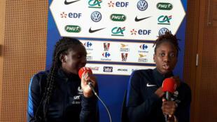 De g. à dr. : Hawa Cissoko (20 ans) et Ouleymata Sarr (22 ans), deux nouvelles venues chez les Bleues