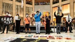 Una protesta en un centro comercial del distrito Central de Hong Kong el 9 de junio de 2020, al cumplirse el primer aniversario del comienzo de las manifestaciones prodemocracia