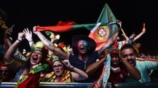 A Lisbonne, une nuit de rêve est tombée, les Portugais vont fêter la victoire de leurs champions avant de les accueillir avec la coupe.