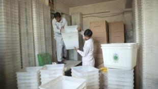 Des employés préparent les urnes pour les élections qui auront lieu le 11 mai 2013 au Pakistan.