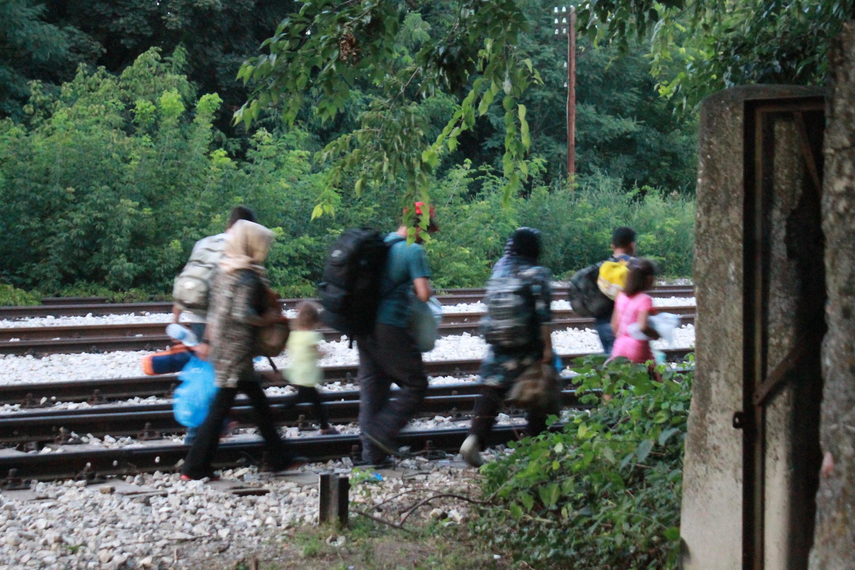 Es mejor intentar las vías del tren. Los refugiados no quieren perder tiempo porque temen que las medidas se endurezcan en los próximos días.