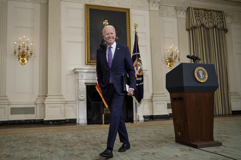 El presidente de Estados Unidos, Joe Biden, se retira después de hablar sobre el informe sobre el empleo de marzo en el Comedor Estatal de la Casa Blanca, el 2 de abril de 2021, en Washington