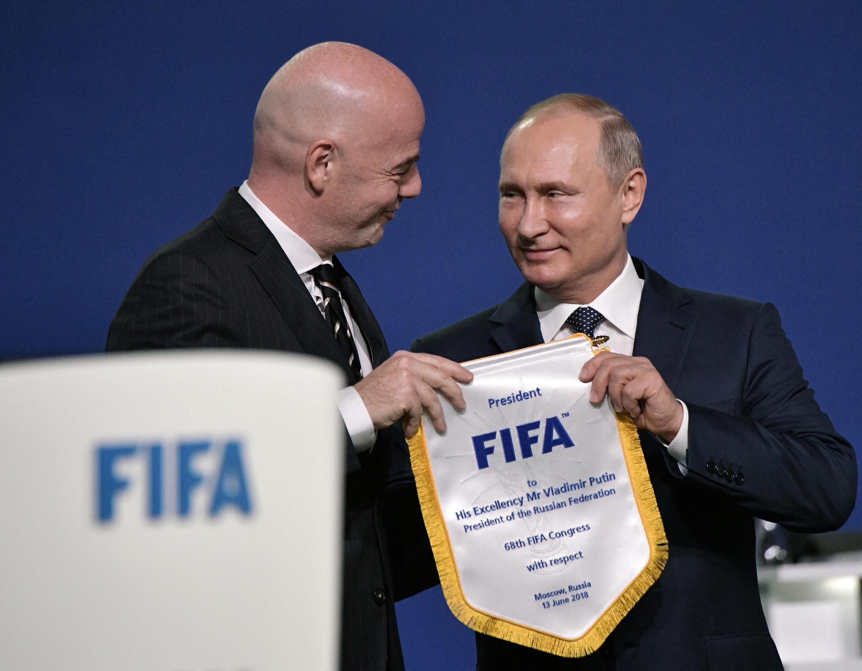 Chủ tịch FIFA Gianni Infantino (t) và tổng thống Nga Vladimir Putin tại Đại Hội FIFA lần thứ 68 ở Mátxcơva (Nga), ngày 13/06/2018.