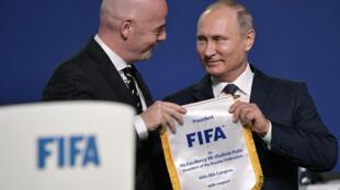 Shugaban hukumar FIFA Gianni Infantino, tare da shugaban Rasha Vladimir Putin yayin wani taro a birnin Moscow. 13/6/2018.