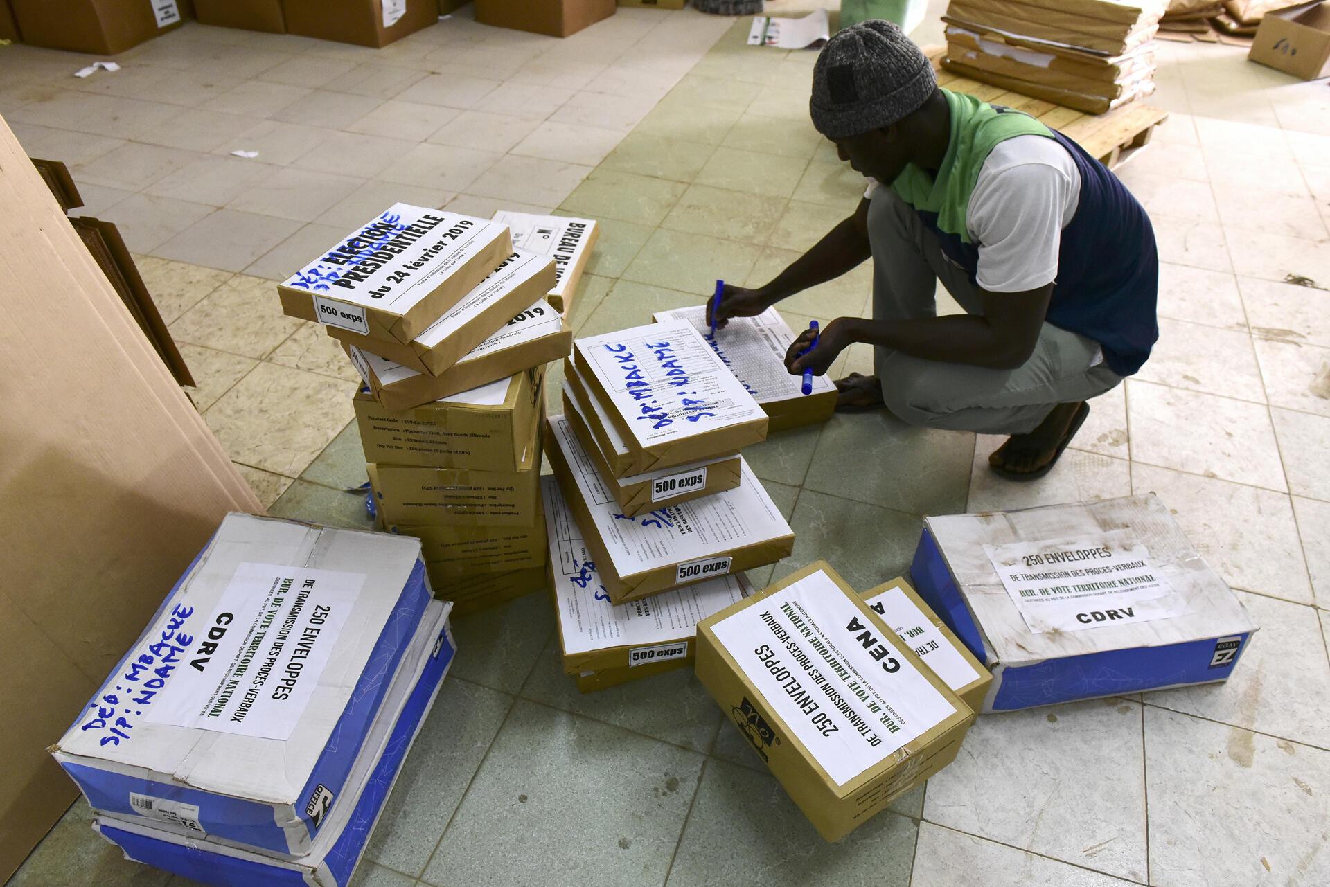 Préparation du matériel électoral à l'Académie de la police nationale de Dakar, le 6 février 2019, avant le premier tour de l'élection présidentielle du 24 février.