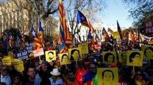 Pancartas con las caras de los líderes catalanes en una manifestación pro independencia, en Madrid, el 16 de marzo de 2019.