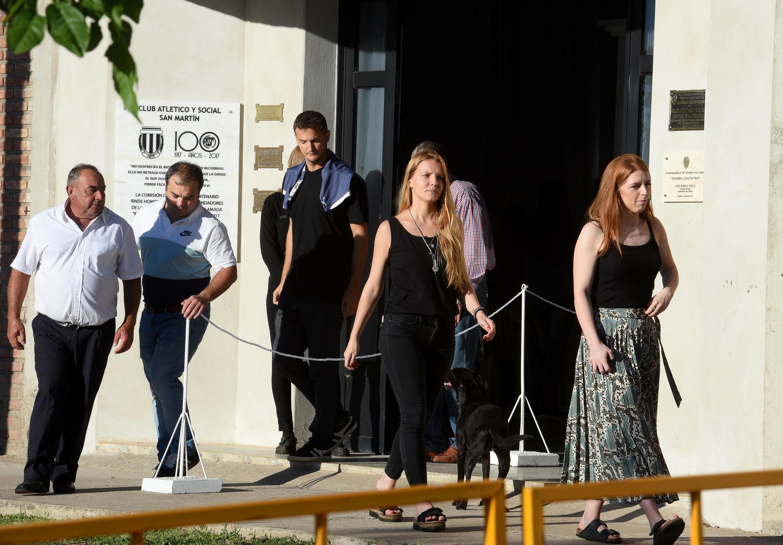 Parentes e amigos do jogador de futebol Emiliano Sala, ex-atacante do clube francês Nantes, que morreu em um acidente de avião no Canal da Mancha, comparecem ao seu velório em Progreso