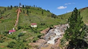 La centrale d'Andriamamovoka, nichée dans les montagnes de l'Itasy. L'eau de la rivière Kotombolo alimente les turbines «vita malagasy» et produisent de l'électricité.