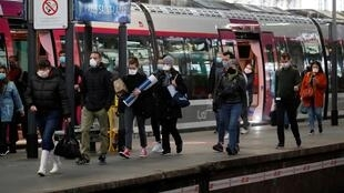 解封第一天清晨的巴黎 Saint-Lazare車站 2020年5月11日