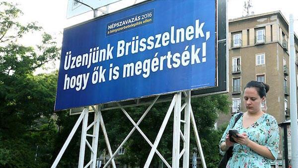 Правительственная кампания в поддержку референдума: «Отправим сигнал Брюсселю, чтобы они поняли» — афиша на одной из улиц Будапешта