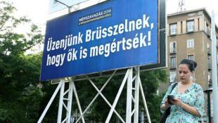 Sur les affiches : « Envoyons un message à Bruxelles qu'elle peut comprendre », peut-on lire sur ces affiches placardées par le gouvernement hongrois.