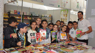 Des jeunes Algériens au 20e Salon international du livre d'Alger.