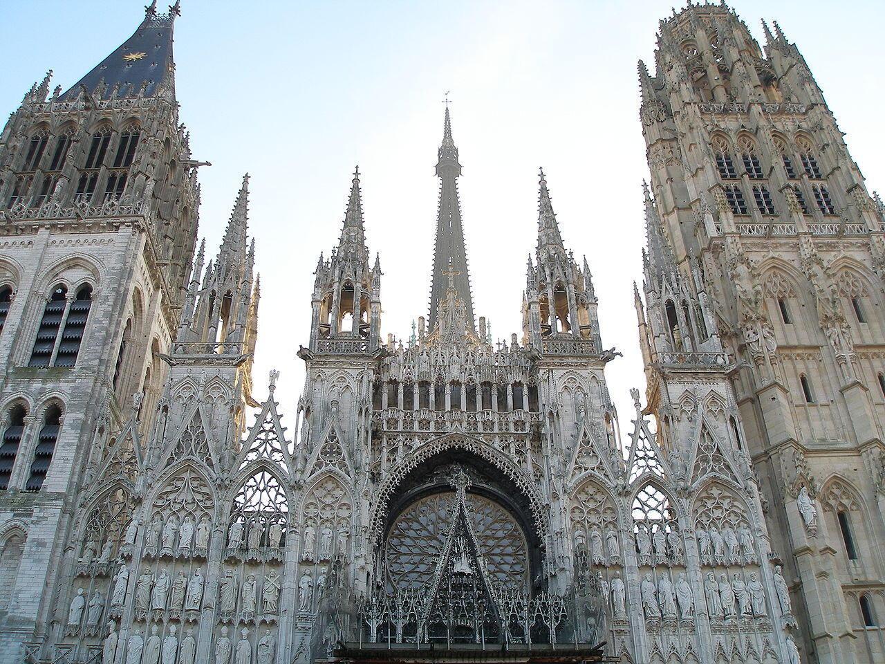 Mặt tiền nhà thờ Notre-Dame de Rouen, Tour Saint-Romain (T) và Tour de Beurre (P).
