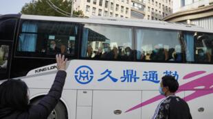 1月28日武汉一工作人员挥别结束隔离的世卫新冠溯源调查专家