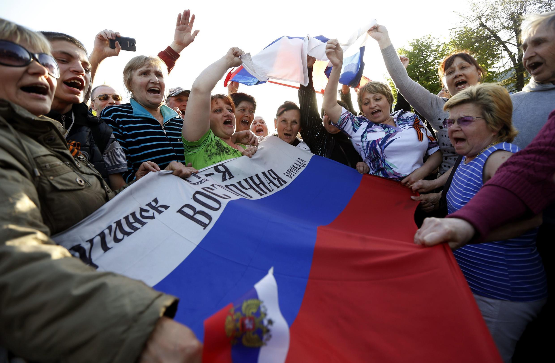 Пророссийские активисты у здания СБУ Луганска, 27 апреля 2014 года