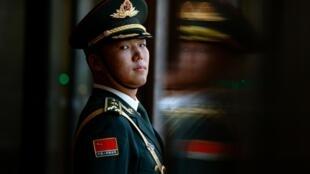 7月31日,北京人民大會堂站立的一名解放軍。