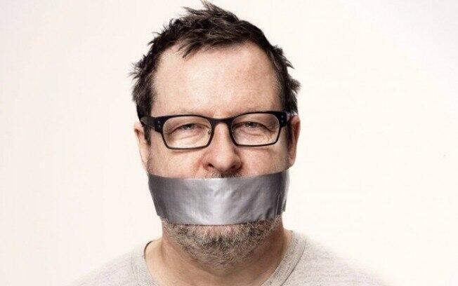 Na divulgação dos capítulos de Ninfomaníaca, o diretor Lars von Trier aparece com um fita adesiva na boca.