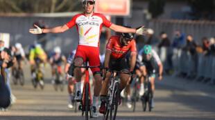 Le Français Christophe Laporte, vainqueur de la 1ère étape de l'Etoile de Bessèges devant son compatriote Nacer Bouhanni, le 3 février 2021 à Bellegarde