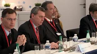 Em visita de trabalho no sul da França, o ministro da Defesa, Raul Jungmann (3° da esquerda para a direita), comentou o combate à corrupção no Brasil.
