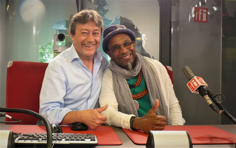 El pianista de jazz cubano Omar Sosa con Jordi Batallé en RFI