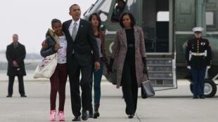 Tổng thống Hoa Kỳ Barack Obama cùng vợ và hai con gái trở lại Washington ngày 07/11/2012.