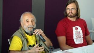 Chico Whitaker, cofondateur du Forum mondial social, et Raphaël Canet, l'un des organisateurs de la 12e édition montréalaise, lors d'une conférence de presse, le 8 août 2016.