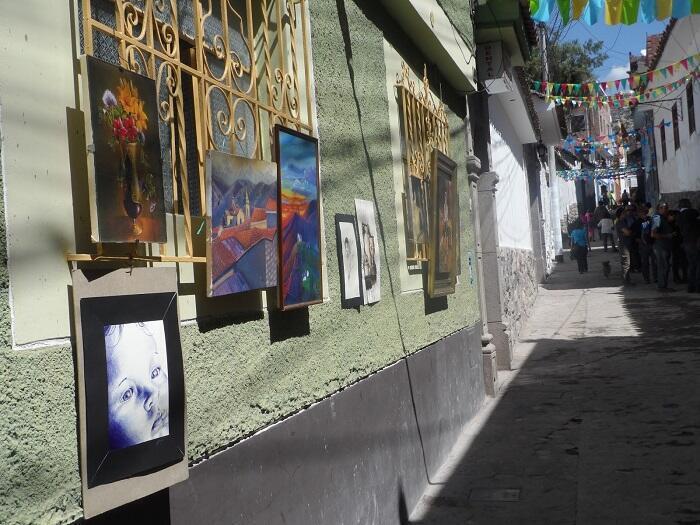 Exposición en la calle Tenería, convertida en calle peatonal, en el centro histórico de la ciudad de Huamanga (Perú)