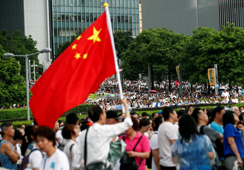 Milhares de pessoas vão às ruas de Hong Kong manifestar em favor de Pequim e da polícia.