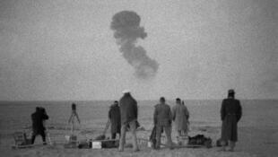 Essai nucléaire français à Reggane (sud algérien), le 25 décembre 1961. C'est là que fut expérimentée la première bombe atomique française.
