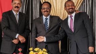Le dirigeant érythréen, Isaias Afwerki (G), avec ses homologues éthiopien, Abiy Ahmed (C), et somalien, Mohamed Abdullahi Mohamed «Farmajo», le 10 novembre 2018, en Éthiopie.